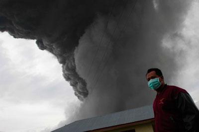 В Индонезии из-за извержения вулкана эвакуируют более 200 тысяч человек