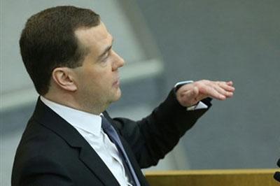 Медведев предложил сократить аппарат чиновников на 10%