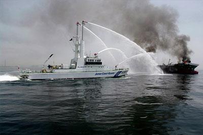 Сгоревший танкер у берегов Японии - затонул