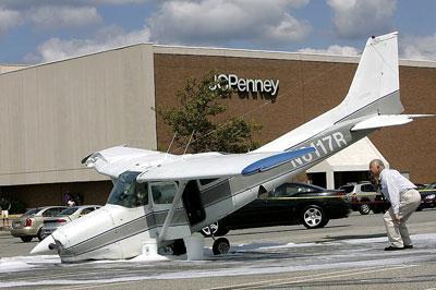 В Америке на парковку упал одномоторный самолет