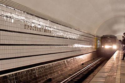 В Москве парень попытался покончить с собой, прыгнув на рельсы метро