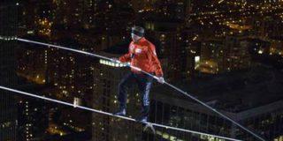 Канатоходец с завязанными глазами прошел по тросам между небоскребами Чикаго