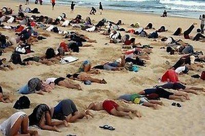 sotni-avstralijcev-v-znak-protesta-zaryli-svoi-golovy-v-pesok-66397138
