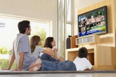1369977714_family_watching_tv