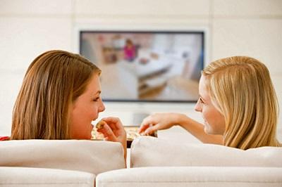 vredno-li-kushat-pered-televizorom