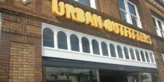 Полосатый гобелен бренда Urban Outfitters посчитали оскорблением по отношению к жертвам концлагерей