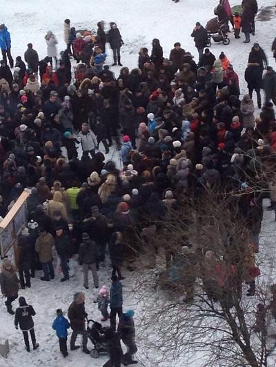 Полиция задерживает протестующих в Раменках