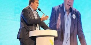 Саакашвили задает моду на заправленные в носки брючины