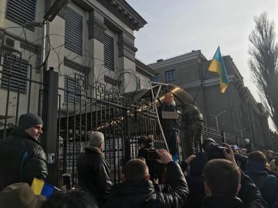 Российское посольство на Украине вновь забросали камнями и йодом