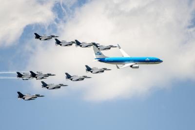 Пассажирский самолет вели два спящих пилота