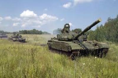 Люди обеспокоены - танки и бронетехника идут к крымской границе