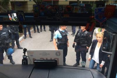 Российские болельщики ждут консула в закрытом автобусе - на территории полицейского участка