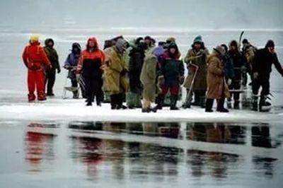 В начале сезона в подледной рыбалке, как всегда, участвуют спасатели