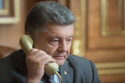 Пресс-секретарь Порошенко добавил, что в ходе разговора стороны обсудили возможность визита президента Украины в Вашингтон.
