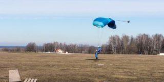 В то время, когда ребенок тонул в колодце, родители рядом прыгали с парашютом