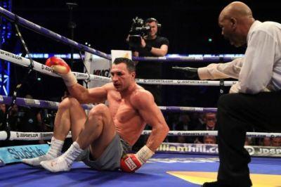 Владимир Клычко проиграл бой с британским боксером Энтони Джошуа, несколько раз побывав в нокдауне