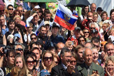 Человеку присуще любопытство и, тем более, он хочет знать, кто его предки и откуда они родом.  В медико-генетического центра Genotek говорят, что они могут предоставить человеку такую информацию на основании его ДНК. Сотрудники этого научного центра уже провели эксперимент, где протестировали на генетическом уровне больше двух тысяч россиян. Оказалось, что на территории РФ живут только 16,2% коренных россиян. Только такое количество русских имеет стопроцентное преобладание генов, которые были присущи людям, населяющим когда-то Центральную Россию. Исследования проводились в 2015 году. Тогда были привлечены к тестированию не только жители Центральной части РФ, но и население ближнего зарубежья, включая Киев. Таким образом ученые получили этнический портрет современного россиянина. Этот человек на 89% европеец, 9,7% у него азиатских генов, есть африканские – 0,4% и столько же генов американских индейцев и жителей Океании. Причем среди европейцев гены людей из Центральной и Восточной Европы отличаются. В среднестатистическом россиянине их соответственно 67,2% и 22,3%. Если брать более близкие по географическому расположению этнические группы, то от белорусов и украинцев россиянам досталось 19,2% генов, финны вложили в генетический код 13,1%, а венгры – 6,3%.  Генетики говорят, что немалый след в геноме россиян оставили народности Северного Кавказа, Балкан, Шотландии и Англии. Исследования проводились на базе информации, собранной лабораториями со всего мира. В базе хранятся сведения о геномах 36 этнических групп. Мировые исследования показывают, что современный человек является носителем генов различных этнических групп, причем эта мозаика сложилась не сегодня, а столетия назад.