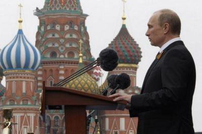 Путин нес портрет отца вколонне «Бессмертного полка» наКрасной площади