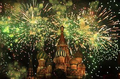 Министерство обороны РФ обещает незабываемый красочный салют, который смогут увидеть москвичи и гости столицы вечером девятого мая