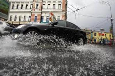 Синоптики делают неутешительный прогноз на все выходные в Москве Дождь, который по сообщениям Гидрометцентра, начнется во второй половине дня в пятницу продолжит лить и в субботу, и в воскресенье.  Не исключено, что жители столицы попадут под град, а уж сильная гроза в регионе гарантирована. В городе по известной градации опасных метеопроявлений объявлен оранжевый уровень. Ожидается, что на столицу выпадет около восьмидесяти процентов месячной нормы осадков. При этом температура воздуха не снизится, а будет постепенно повышаться. При таких значительных осадках не исключается частичные затопления проезжей части и тротуаров. Службы города предупреждают москвичей и гостей столицы о возможном падении веток при сильных порывах ветра, поэтому просят граждан быть осмотрительными и без надобности не покидать помещений.