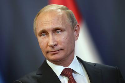 Стоун поясняет, что Путин стремится возродить закон и порядок, нарушаемые США
