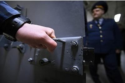 Двоих сотрудников ФСБ задержали при получении взятки