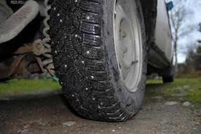 Автолюбителей ожидает штраф за отсутствие предупреждения о шипованной резине