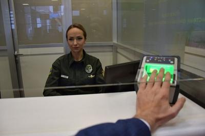 На границе с Украиной начал действовать биометрический контроль. В документ, которым отныне будут руководствоваться на границе, внесены 70 стран, граждане которых обязаны при пересечении границы фиксировать свои отпечатки пальцев, при отсутствии у них биометрических паспортов. В Госпогранслужбе Украины сообщают, что в течение суток, после введения новых мер, границу пресекли почти 2 тысячи россиян. Всего же биометрический контроль прошли за сутки 3,3 тысяч иностранных граждан. Первый день работы украинских пограничников в условиях новых требований показал, что проблем с пересечением границы у иностранных граждан нет, не смотря на отсутствие у большинства из них биометрических паспортов нового образца. По сообщениям Госпогранслужбы, конфликтов между пограничниками и иностранными гражданами не наблюдалось. Сама система работала четко, без сбоев. В Гопогранслужбе отмечают, что введение новой системы контроля за въезжающими в страну иностранцами позволит усилить меры безопасности и пополнить единую базу Интерпола.