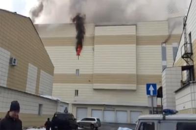 """В Кемерово в ТЦ """"Зимняя вишня"""" тушат пожар, который уже унес жизни четырех детей"""