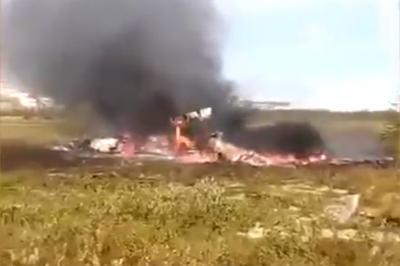 Вертолет рухнул, зацепившись лопастями за соседнюю машину