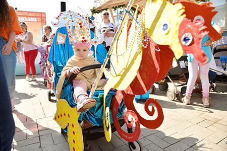 Телеканал «Мама» с успехом провел седьмой костюмированный Парад Колясок на Тверском бульваре